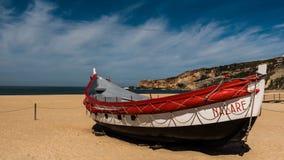 Bateau de pêche sur la plage de Nazaré Photographie stock libre de droits