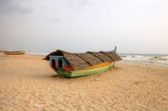Bateau de pêche sur la plage. Le Kerala, Inde photographie stock