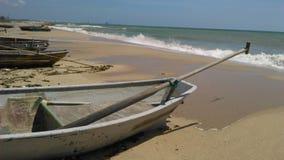 Bateau de pêche sur la plage lumineuse Photos libres de droits