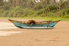 Bateau de pêche sur la plage sablonneuse Photo stock