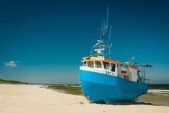 Bateau de pêche sur la plage sablonneuse photographie stock