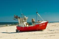 Bateau de pêche sur la plage sablonneuse photos stock