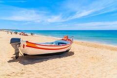 Bateau de pêche sur la plage sablonneuse Photos libres de droits