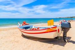 Bateau de pêche sur la plage sablonneuse Photo libre de droits