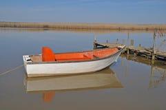Bateau de pêche sur la rivière Photographie stock libre de droits