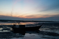 Bateau de pêche sur la silhouette de mer Photo stock