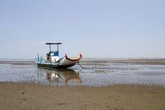 Bateau de pêche sur le bord de la mer de sable photo libre de droits