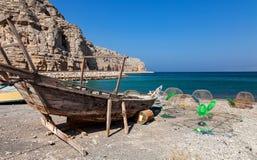 Bateau de pêche sur le chemin à Musandam Photographie stock libre de droits