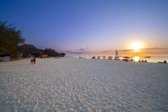 Bateau de pêche sur le coucher du soleil Images libres de droits