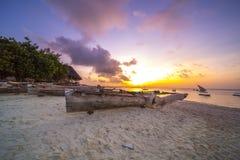 Bateau de pêche sur le coucher du soleil Image libre de droits
