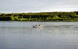 Bateau de pêche sur le fleuve dans le findland image libre de droits