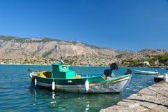 Bateau de pêche sur le fond des montagnes Images stock