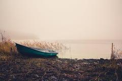 Bateau de pêche sur le lac dans le brouillard images libres de droits