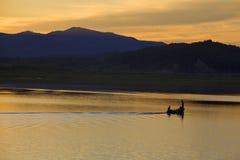 Bateau de pêche sur le lac de coucher du soleil Photos libres de droits