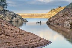Bateau de pêche sur le réservoir de montagne Photographie stock libre de droits