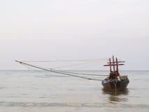 Bateau de pêche sur le rivage Photos stock