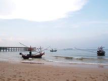 Bateau de pêche sur le rivage Photo libre de droits
