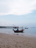 Bateau de pêche sur le rivage Images stock
