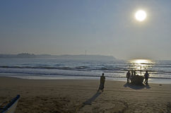 Bateau de pêche sur le rivage avec les pêcheurs Sri Lanka images libres de droits