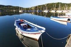 Bateau de pêche sur le rivage de la belle lagune grecque nature Images stock