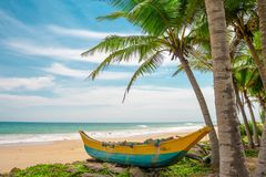 Bateau de pêche sur une belle plage photos stock