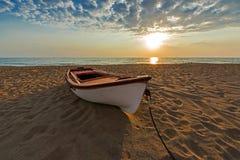 Bateau de pêche sur une plage sablonneuse, Grèce Photo stock