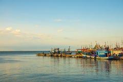 Bateau de pêche thaïlandais à la jetée Photographie stock