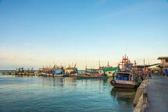 Bateau de pêche thaïlandais à la jetée Image stock