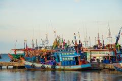 Bateau de pêche thaïlandais à la jetée Photo stock