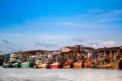 Bateau de pêche thaïlandais au port de Ranong, Thaïlande Photos libres de droits