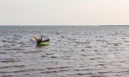 Bateau de pêche thaïlandais sur l'océan quand coucher du soleil Photos libres de droits