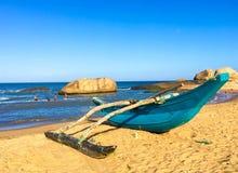 Bateau de pêche traditionnel de Sri Lanka sur la plage photo stock