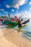 Bateau de pêche traditionnel thaïlandais décoré des rubans colorés Images libres de droits