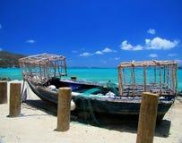 Bateau de pêche typique dans l'affichage sur une plage Photographie stock libre de droits