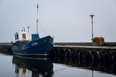 Bateau de pêcheur dans le port de ville de Nida photos stock