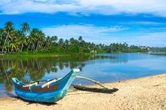 Bateau de pêcheur en plage de Sri Lanka Photographie stock