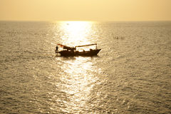 Bateau de pêcheur sur la mer Image libre de droits