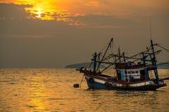 Bateau de pêcheur sur la mer pendant le coucher du soleil Image libre de droits