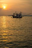 Bateau de pêcheur sur la mer pendant le coucher du soleil Photo libre de droits