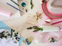 Bateau de papier, été d'accueil de carte de voeux, peintures de gouache, fleurs et chapeau sur un fond clair images libres de droits