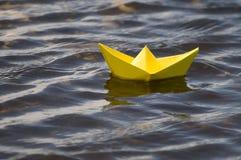 Bateau de papier dans l'eau Photo libre de droits
