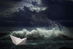 Bateau de papier dans le concept de tempête Photographie stock