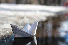 Bateau de papier dans une piscine Photographie stock libre de droits
