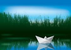 Bateau de papier sur l'eau Photo libre de droits