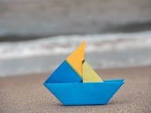 Bateau de papier sur la plage Images libres de droits