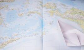 Bateau de papier sur une carte Images libres de droits