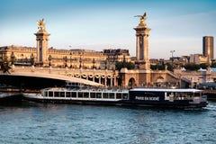 Bateau de passager passé sous Alexandre Bridge à Paris Photo libre de droits