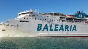 Bateau de passager présentant un port méditerranéen en Espagne banque de vidéos