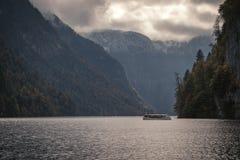Bateau de passager sur le lac image stock