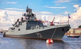 Bateau de patrouille sur la rivière de Neva pour la célébration de jour de marine Images libres de droits